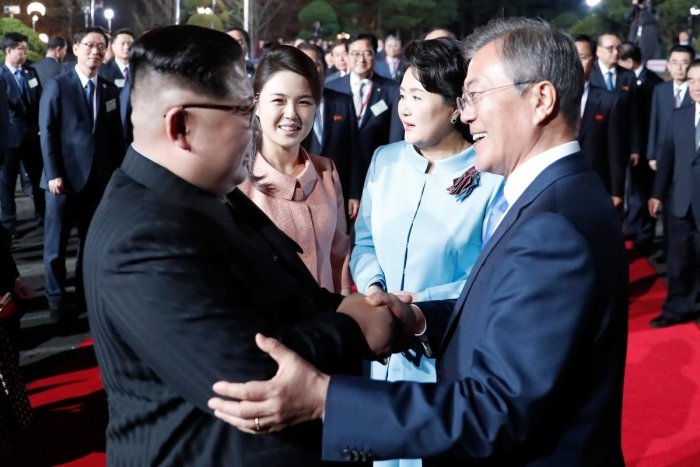 North Korea's leader Kim Jong Un (L) and South Korea's President Moon Jae-in (R) bidding farewell during a closing ceremony of the inter-Korean summit in the truce village of Panmunjom. Reuters photo.