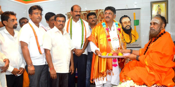 Energy Minister D K Shivakumar visited Rambhapuri Peeta at Balehonnur and received the blessings of seer Veerasomeshwara Shivacharya Swami on Sunday. DH PHOTO