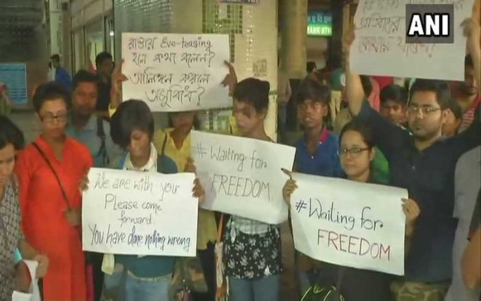 Condemning the incident, citizens, carrying placards, gathered outside the Dumdum metro station on Tuesday, demanding a suo motu case by the Railway Police Force (RPF) against the assaulters. (Image: ANI Twitter)
