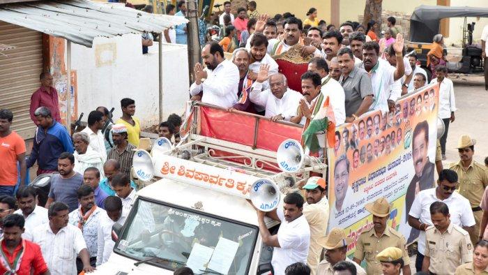 Congress leader Mallikarjuna Kharge takes out roadshow at Ashokapuram in Mysuru on Sunday.