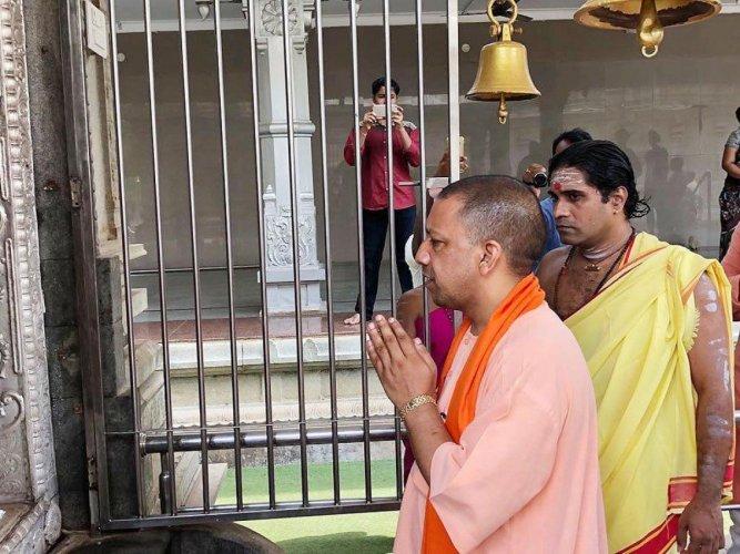 Uttar Pradesh Chief Minister Yogi Adityanath offers prayers at Murdeshwara temple in Murdeshwara, Uttara Kannada district ahead of poll campaign. DH Photo