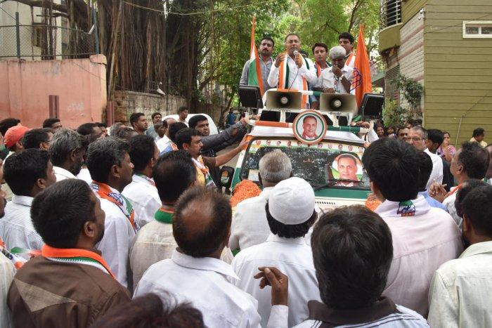 Gandhinagar Congress candidate Dinesh Gundu Rao canvasses on Magadi Road on Tuesday. DH PHOTOg and seeking vote at Magadi road in Bengaluru on Monday. Photo by S K Dinesh Photo by S K Dinesh