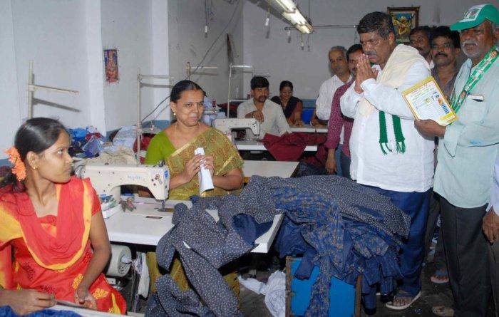 Mahalakshmi Layout JD(S) candidate K Gopalaiah campaigns in a garment factory at Kamakshipalya in Bengaluru. DH PHOTO