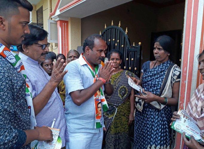 Mayor and Congress candidate, R Sampath Raj from C V Raman Nagar assembly constituency, seeks votes in Old Baiyappanahalli in Bengaluru. DH PHOTO/Darshan Devaiah B P