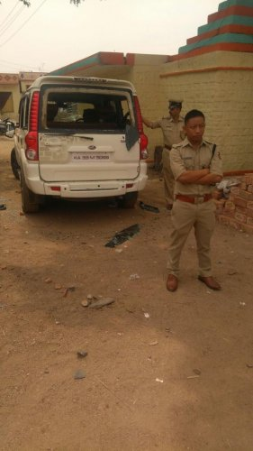 The two groups that clashed at Peth Ammapura village, began pelting stones at each other.