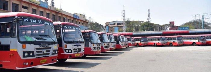 KSRTC Buses halt for the Karnataka Bandh, called by Pro kannada organisation Forum on Mahadayi river issue, at Majetic Bus Stand, in Bengaluru on Thursday. Photo/ B H Shivakumar
