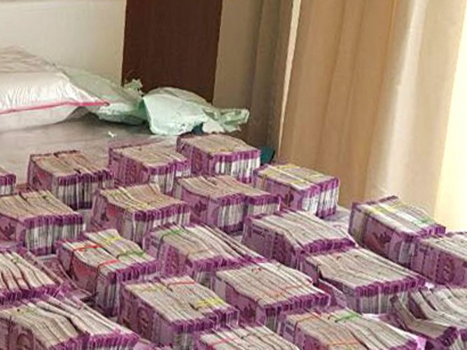 The Income Tax authorities, late on Thursday night, seized unaccounted money of Rs 2.17 crore at Eddalaboyyanahatti check-post on Rayadurga Road, bordering Andhra Pradesh. DH file photo
