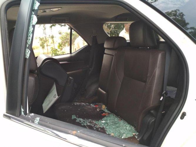 Congress candidate Manjegowda's car damaged due to stone pelting.