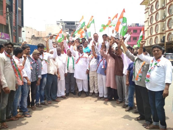 Congress party workers stage a protest at Rotary Circle in Hosapete on Friday.