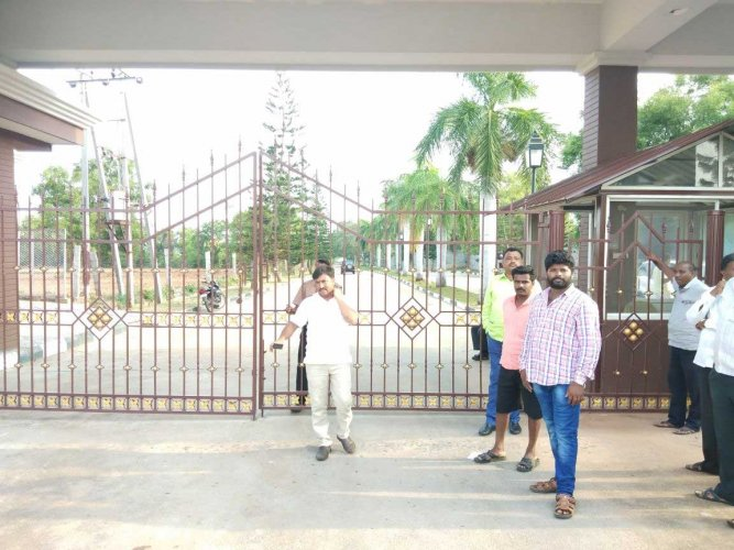 The Eagleton Golf Resort has become home to 75 out of 78 Congress legislators. Barring some who are with family, legislators have no way of being contacted as their phones have been taken away, party sources said. Their only outing was to the Vidhana Soudha to stage a dharna. They were promptly taken back to the resort. DH photo