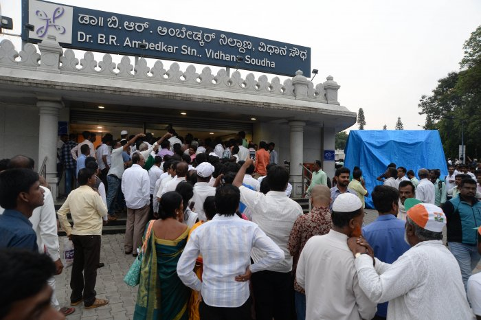 People crowd the entrance of the Vidhana Soudha metro station in Bengaluru on Wednesday. DH PHOTO