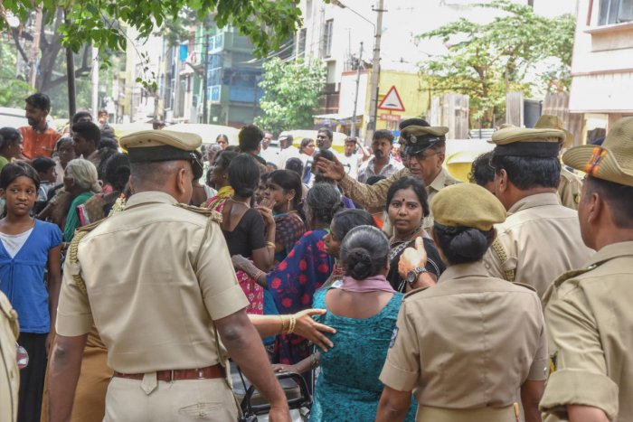Police personnel disperse the family members and relatives of those arrested in the Chamarajpet lynching case. DH FILE/S K Dinesh