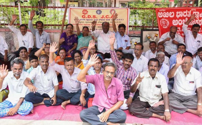 7th Day : Akila bharath Grameena Post Employees Sangha (AIGDUS) members staged dharna in front of Post Office (Near Clock Tower) in Davangere on Monday. Demanding to settle the 7th Wage revision and so on demands. Manjunath led the dharna (28-05-18), Photo By : Anup R. Thippeswamy.