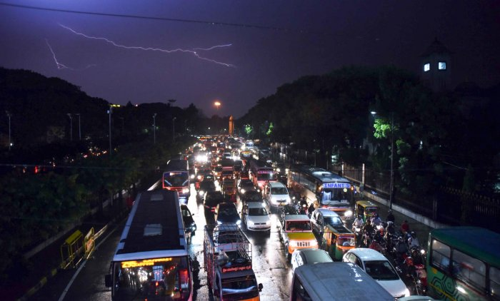 Vehicles stranded on N R Square opposite the BBMP officefollowing heavy rain on Wednesday. DH PHOTO