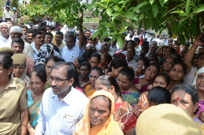 Depositors laying siege to the residence of Sangolli Rayanna Cooperative Society Chairman Anand Appugol at Hanuman Nagar in Belagavi on Thursday demanding refund of their deposits.