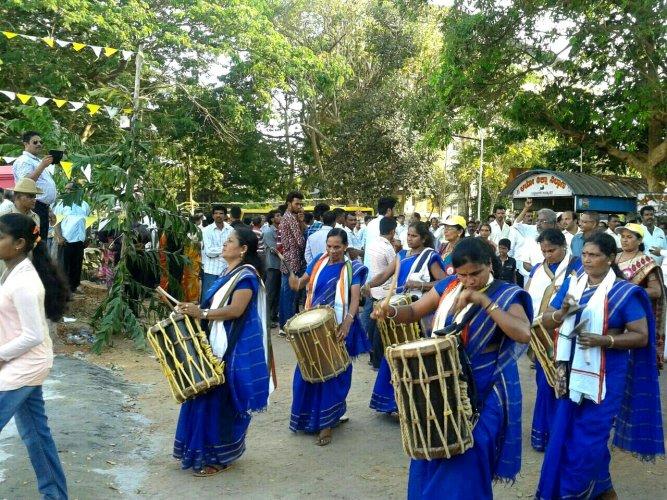 Members of Bannanje Mahila Kala Mandali performing 'chande'