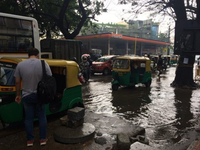Vehicles wade through Sampige Road outside Mantri Square, Malleshwara, on Saturday. DH Photo