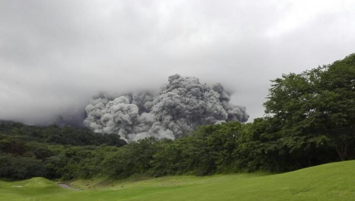 """National Disaster Coordinator Sergio Cabanas said an undetermined number of people were missing following yesterday's eruption of the Volcan de Fuego, Spanish for """"volcano of fire,"""" which lies 44 kilometres (27 miles) from Guatemala City. (Credit: Twitter"""
