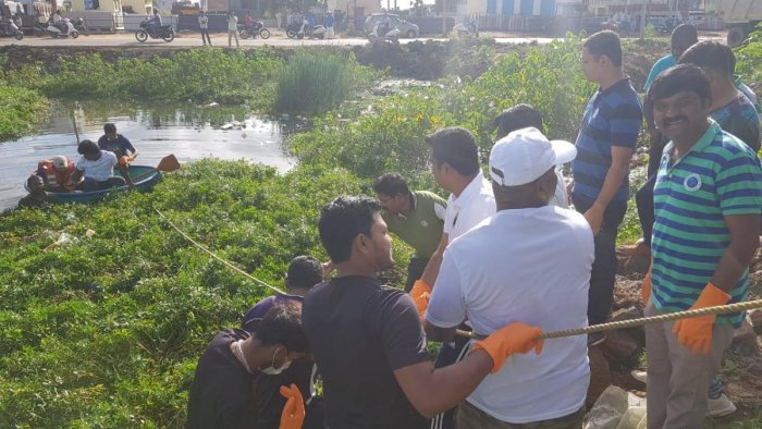 Policemen from the Anekal sub-division, 90 history-sheeters and local residents clean up the Harapanahalli Lake in Jigani near Bannerghatta on Tuesday.