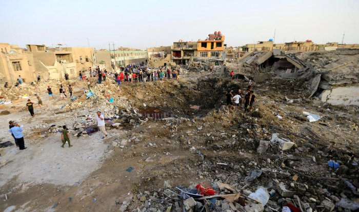 People gather at the site of an explosion in Baghdad's Sadr City district, Iraq June 7, 2018. (REUTERS/Thaier Al-Sudani)