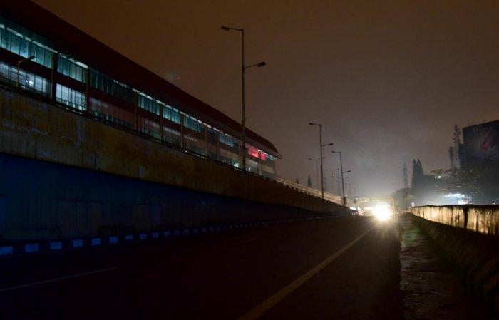 A dimly lit road near the Peenya metro station. DH Photo/B H Shivakumar
