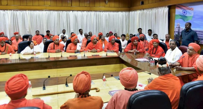 A file photo of former chief minister Siddaramaiah meeting the seers of the Lingayat community at the Vidhana Soudha in Bengaluru. DH file photo