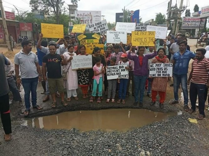 The residents of Thirumalashettyhalli protest over the poor condition of the Chikka Tirupathi Road.
