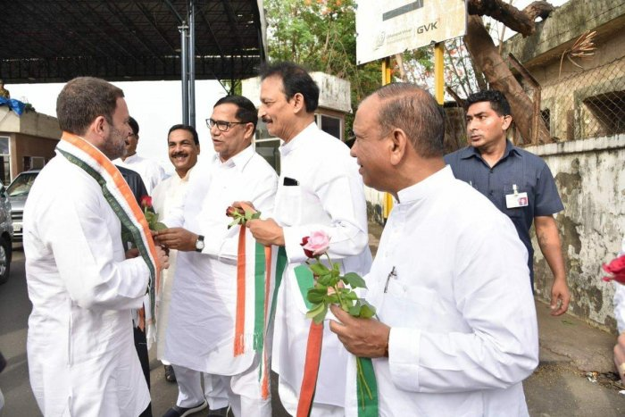 Rahul Gandhi is welcomed by state Congress leaders in Mumbai on Tuesday morning. (DH Photo)