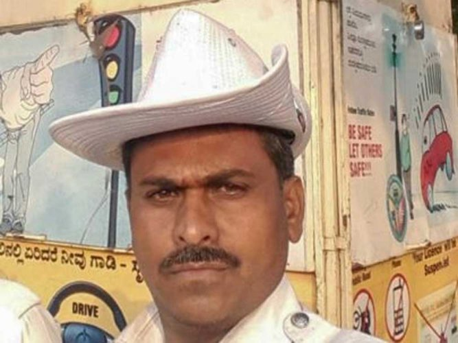 Lokesh K, attached to the Kumaraswamy Layout Traffic Police Station, went to the hospital along with the students and donated a unit of blood.
