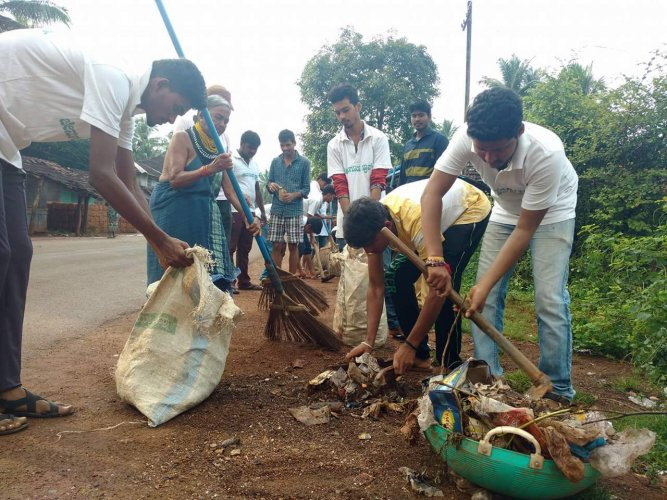 Jenugoodu volunteers at a cleanliness drive.