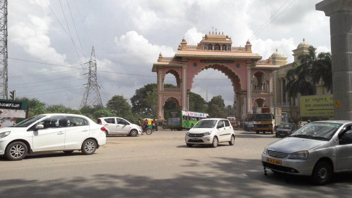 Currently, commuters enter and exit Rajarajeshwari Nagar through the arch. DH Photo