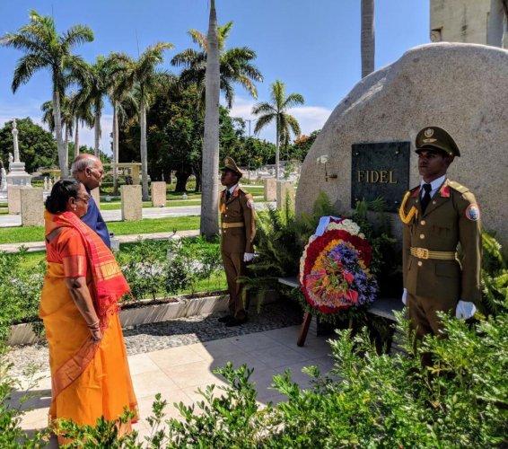 President Ram Nath Kovind paying homage to Fidel Castro in Santiago de Cuba. (Credit: Twitter/@rashtrapatibhvn)