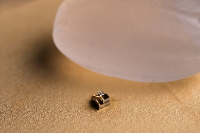 World's smallest computer – a device that measures just 0.3 millimetres and could help find new ways to monitor and treat cancer. (Credit: University of Michigan News/Flickr)