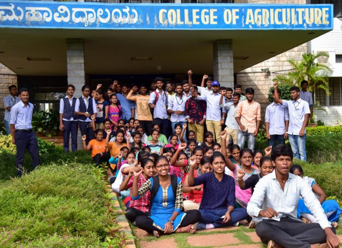 Students protest at the College of Agriculture on Monday against the privatisation of agricultural courses. DH PHOTO