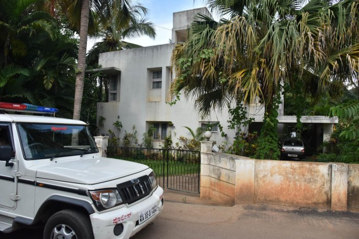 Police patrol in front of the house of Ila Chandrasekhar. DH Photo by Janardhan B K