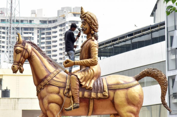 An artist giving a final touch to Kempegowda Statue, which has been inaugurating on the occasion of Kempegowda Jayanthi, at Yehwanthpura in Bengaluru on Tuesday 26.06.2018. Photo/ B H Shivakumar