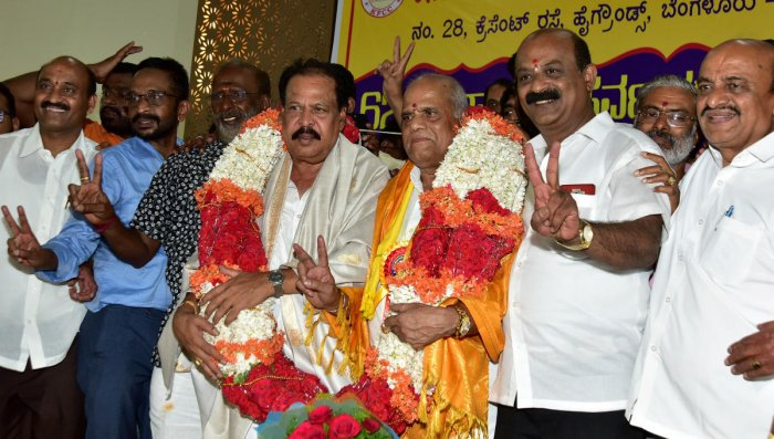 KFCC president Sa Ra Govindu with his successor S AChinne Gowda. K M Veeresh,Subramanya H aka Kari Subbu,Ba Ma Harish and others are seen. DH PHOTO/RANJUP