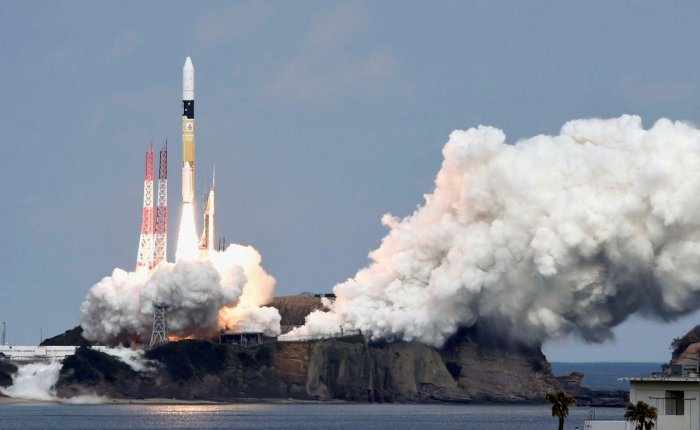 A H-IIA rocket carrying Hayabusa 2 space probe blasts off from the launching pad at Tanegashima Space Center on the Japanese southwestern island of Tanegashima, in this photo taken on December 3, 2014. (Reuter file photo)