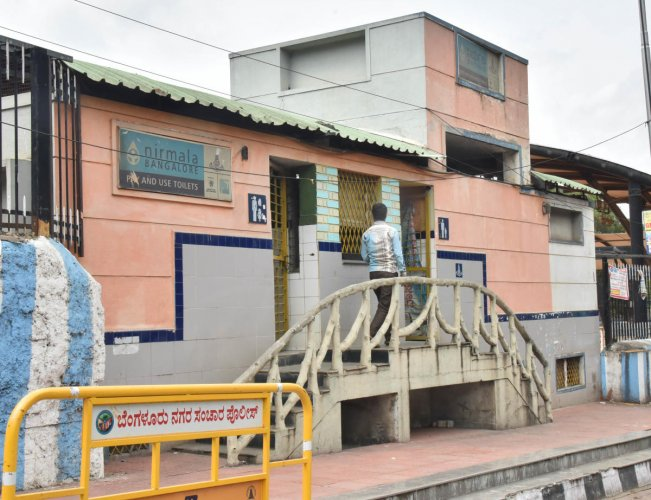 The BBMP is finding it tough to acquire land to construct public and community toilets in its wards. DH PHOTO/JANARDHAN B K