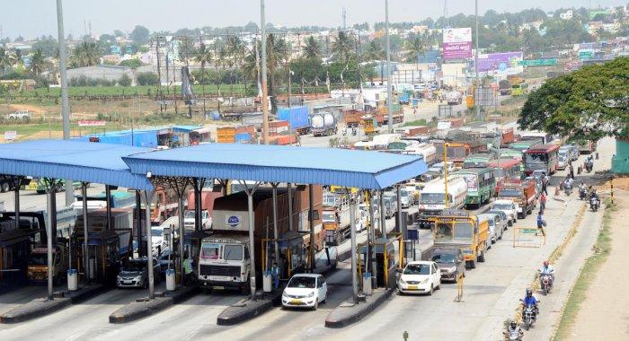 Vehicles in a long queue at the Attibele toll plaza on Hosur road near Bengaluru. (DH File Photo/Srikanta Sharma R)