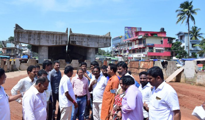 MP Nalin Kumar Kateel reviews the work of Thokkottu flyover near Mangaluru and inspects the condition of the service road on Thursday. DH Photo
