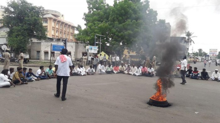 Members of the Madiga community protest against the district administration for not observing former deputy prime minister Jagajivan Ram's death anniversary. DH photo.