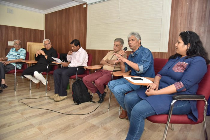 (From left) Member of Citizens' Action Forum N S Mukunda, urbanist V Ravichandar, IISc professor Ashish Verma, architect Naresh Narasimhan, theatre person Prakash Belawadi and urbanist Sonal Kulkarni at a discussion on 'Pod taxis – Boon or Bane?' at the St Joseph's College of Commerce organised by Citizens for Bengaluru (CFB) on Saturday. DH Photo/B K Janardhan