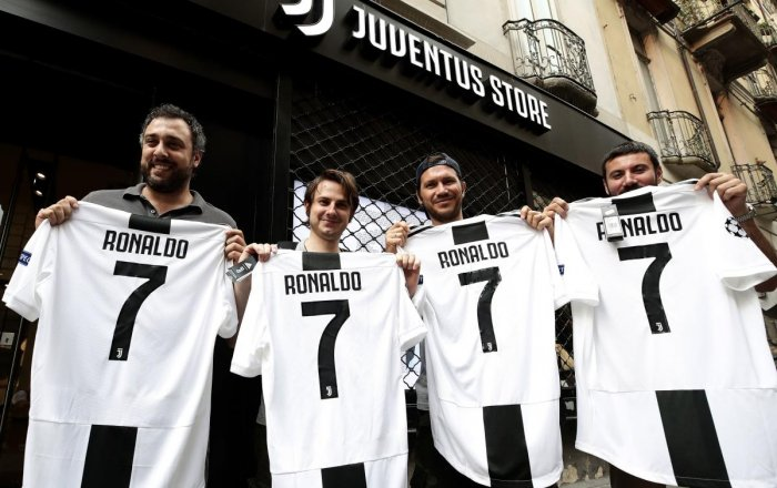 SELLING LIKE HOT CAKES: Juventus fans were quick to lap up the Cristiano Ronaldo jersey after the Portuguese superstar signed up for them. (AFP Photo)