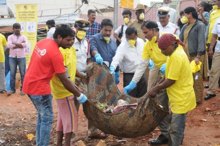 The volunteers of Bangalore Political Action Committee along with the Gas Authority of India Limited clear garbage at Hegde Nagar on Wednesday. DH PHOTO