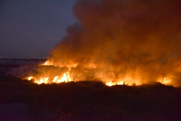 Fire engulfs the Bellandur Lake. DH FILE PHOTO