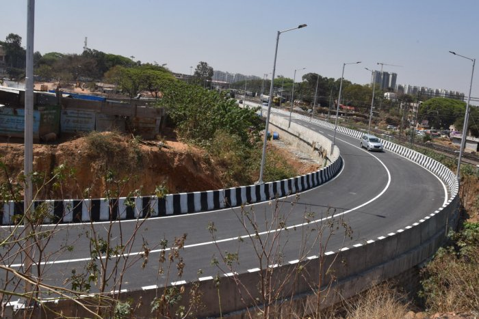 The government okayed the acquisition of 3.4 acres of railway land — instead of the required 3.16 acres — for building the eight-lane Okalipuram flyover. DH FILE PHOT