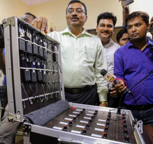 Police shows a machine used in betting by the bookie Sonu Jalan, who was arrested for allegedly threatening Bollywood actor Arbaaz Khan, in Thane, Mumbai on Saturday, June 02, 2018. Khan allegedly lost Rs. 2.80 crore to, Sonu Jalan, in bets on IPL.