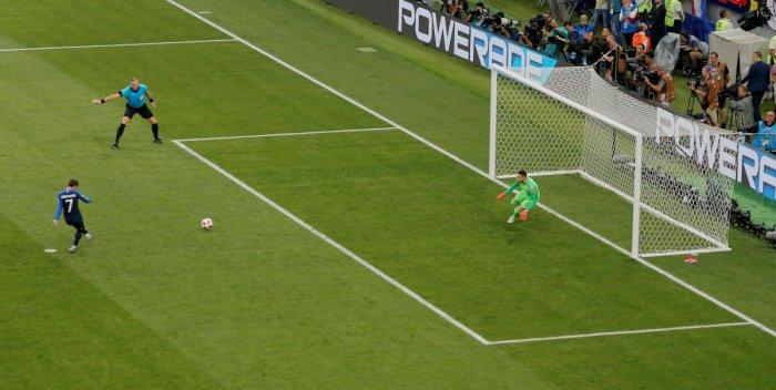 France's Antoine Griezmann scores their second goal from the penalty spot past Croatia's Danijel Subasic. (REUTERS/Maxim Shemetov)