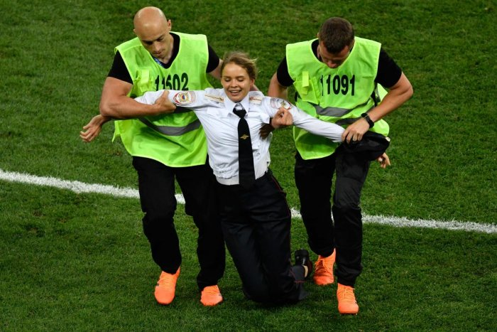 A striker is evacuated from the football pitch during the Russia 2018 World Cup final football match between France and Croatia at the Luzhniki Stadium in Moscow on July 15, 2018. (AFP PHOTO / Alexander NEMENOV)